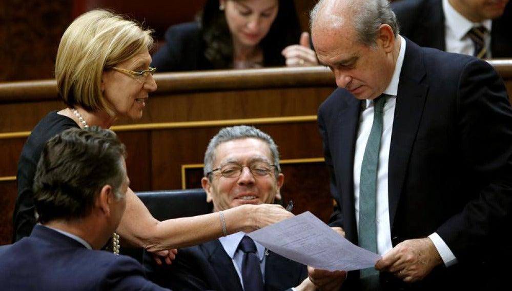 Rosa Díez charla con Gallardón y Jorge Fernández