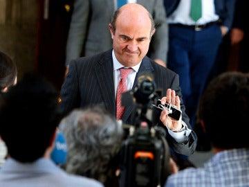 Luis de Guindos a la salida del Congreso de los Diputados