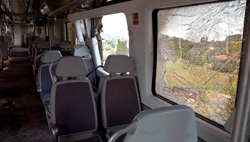 Interior del tren de Renfe que ha colisionado con dos árboles colocados en la vía