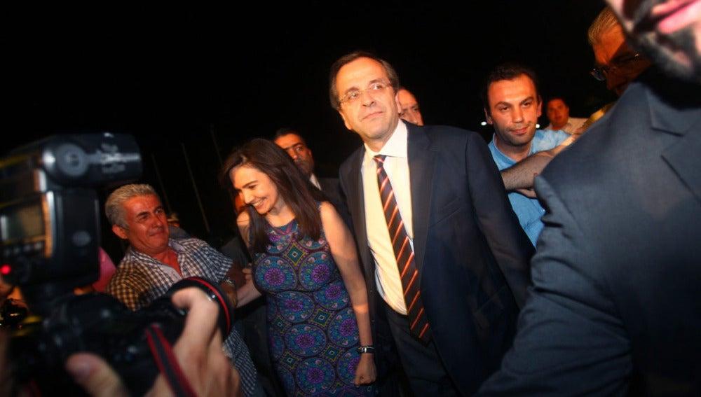 Antonis Samarás camina junto a su esposa, Georgia