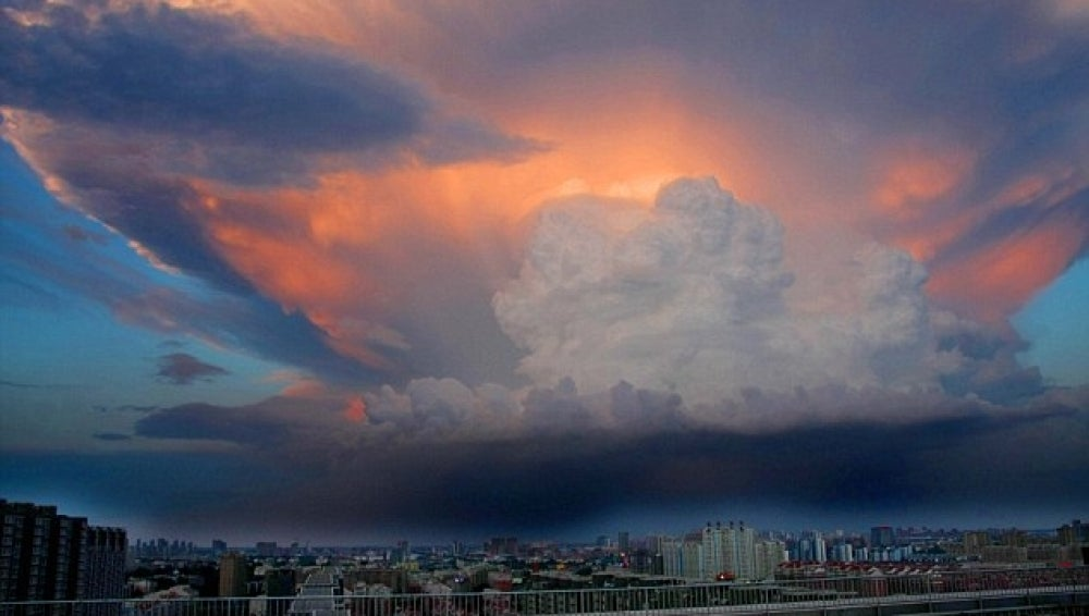 Una gigantesca nube cubre Pekín