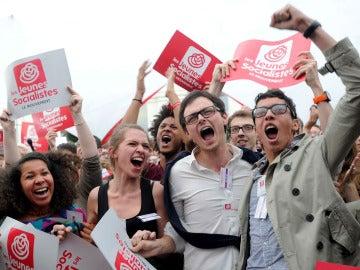 Simpatizantes del partido socialista francés celebran