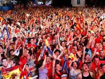 Los aficionados de la selección celebran el gol de Navas