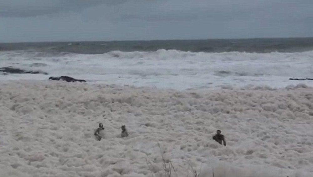 Mar cubierto de espuma
