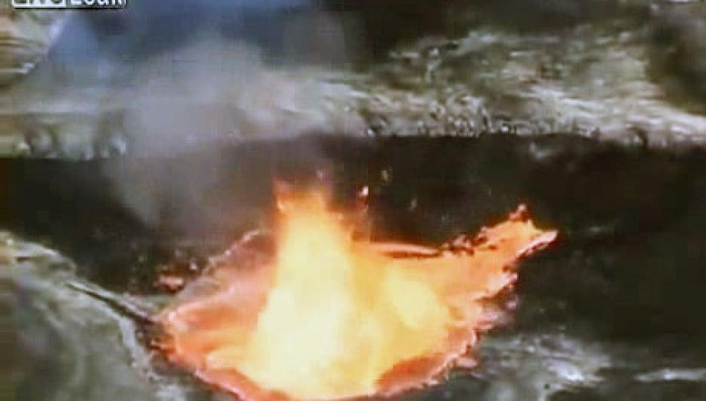 Reacción del volcán al lanzar basura