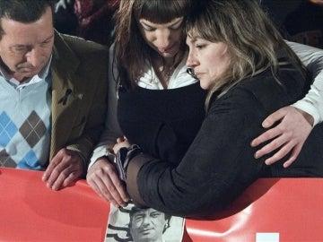 La viúda de Carrasco se abraza a su hija Sandra