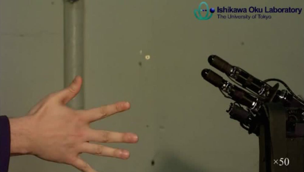 La mano robot que juega a piedra, papel o tijera