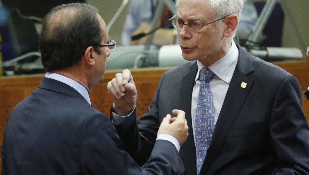 El presidente del Consejo Europeo, Herman Van Rompuy conversa con el presidente francés François Hollande