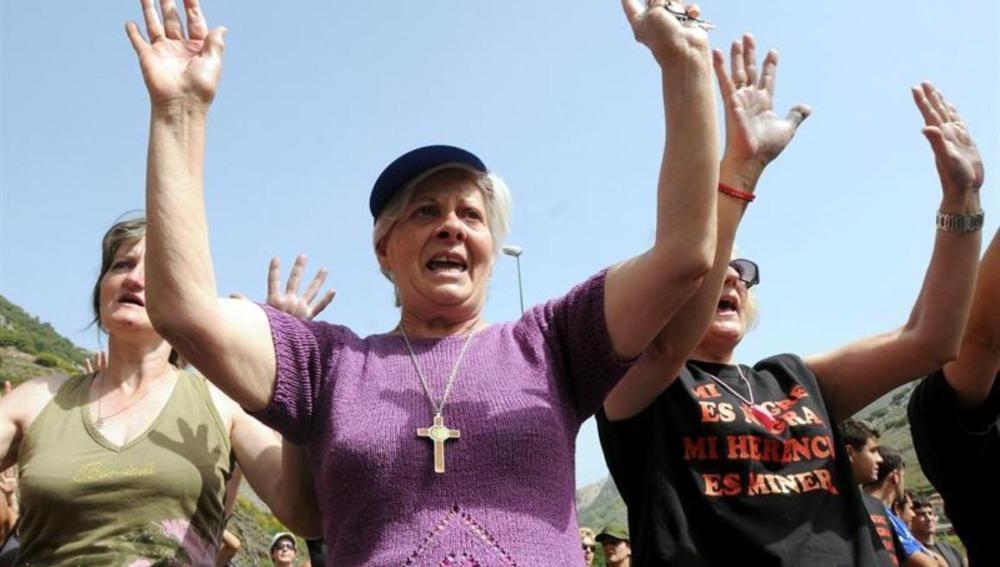Mujeres de mineros cortan la carretera N-630