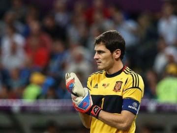 Iker Casillas se ajusta los guantes en un partido de la Eurocopa