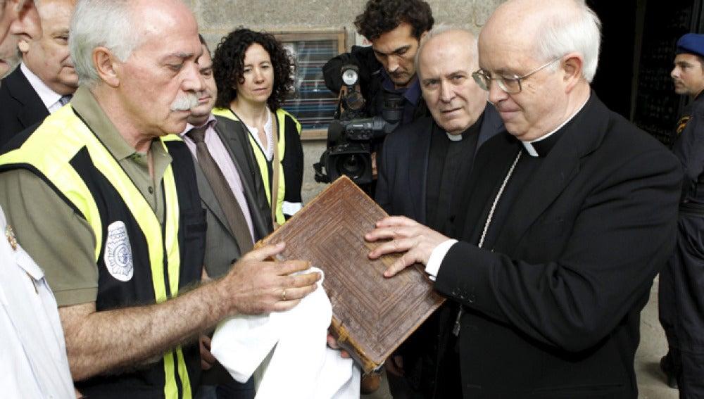 Entrega del Códice al arzobispo de Santiago