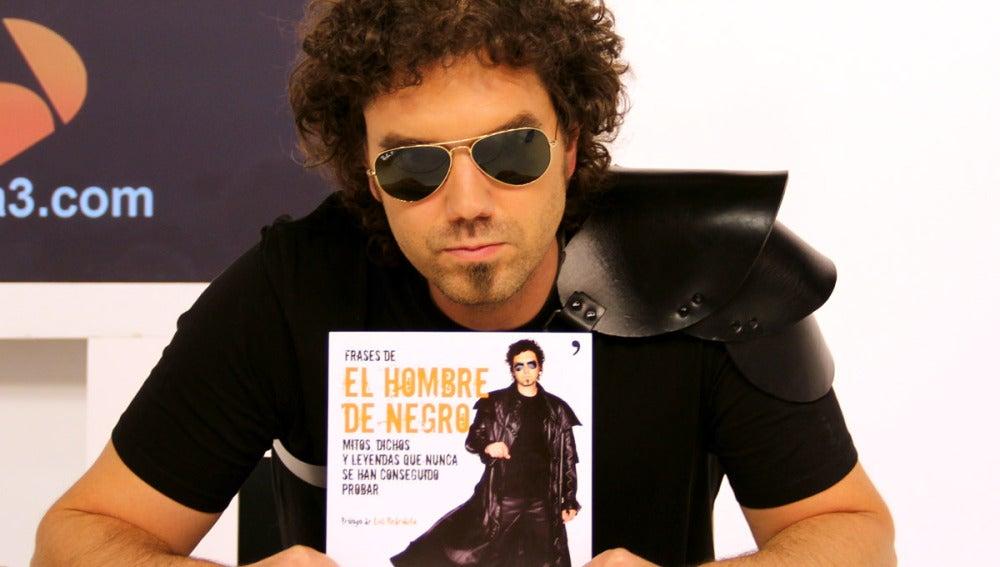 El hombre de negro con su libro