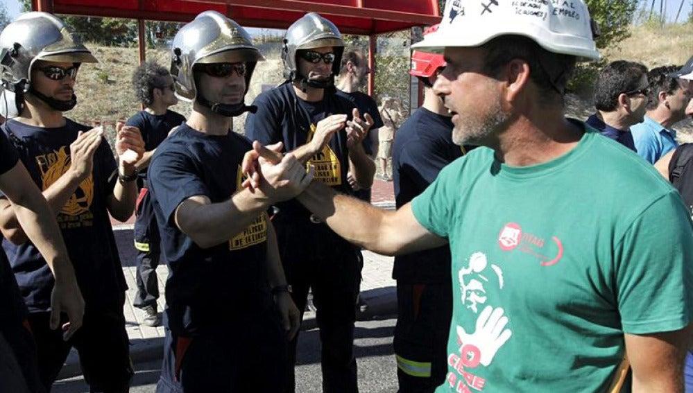 Un bombero saluda a un minero