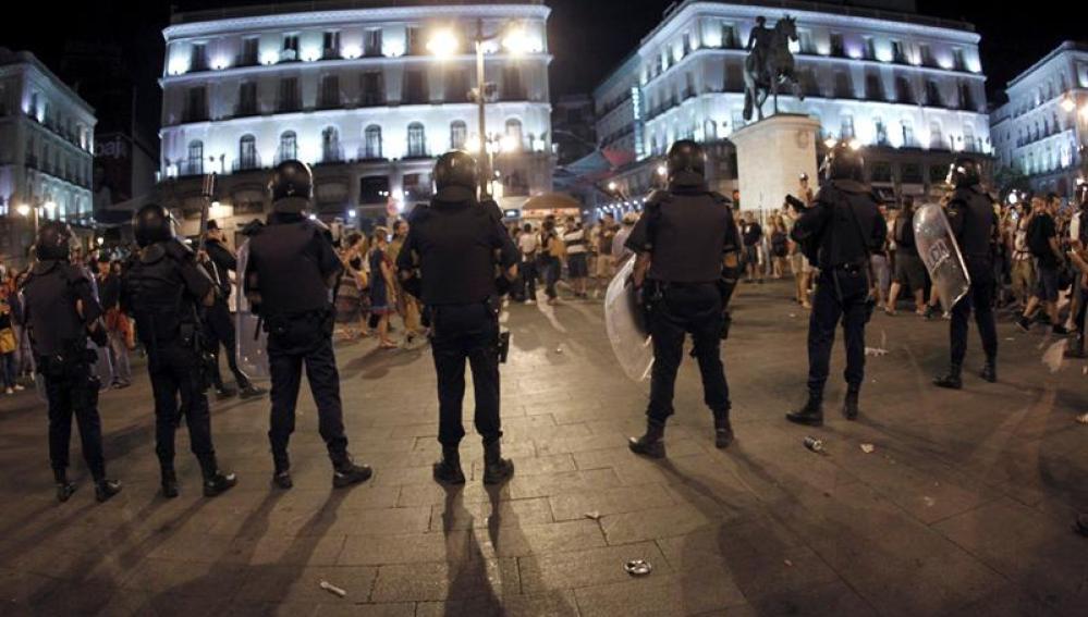 La Policía cerca a los manifestantes en Sol