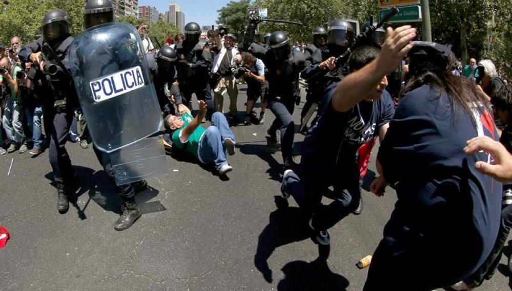 Policías cargan contra los mineros