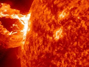 Una gigantesca mancha solar bombardea  la Tierra