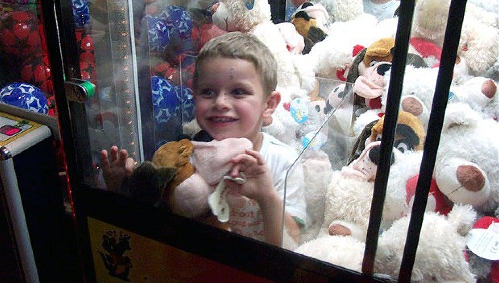 Niño atrapado en una máquina expendedora de juguetes
