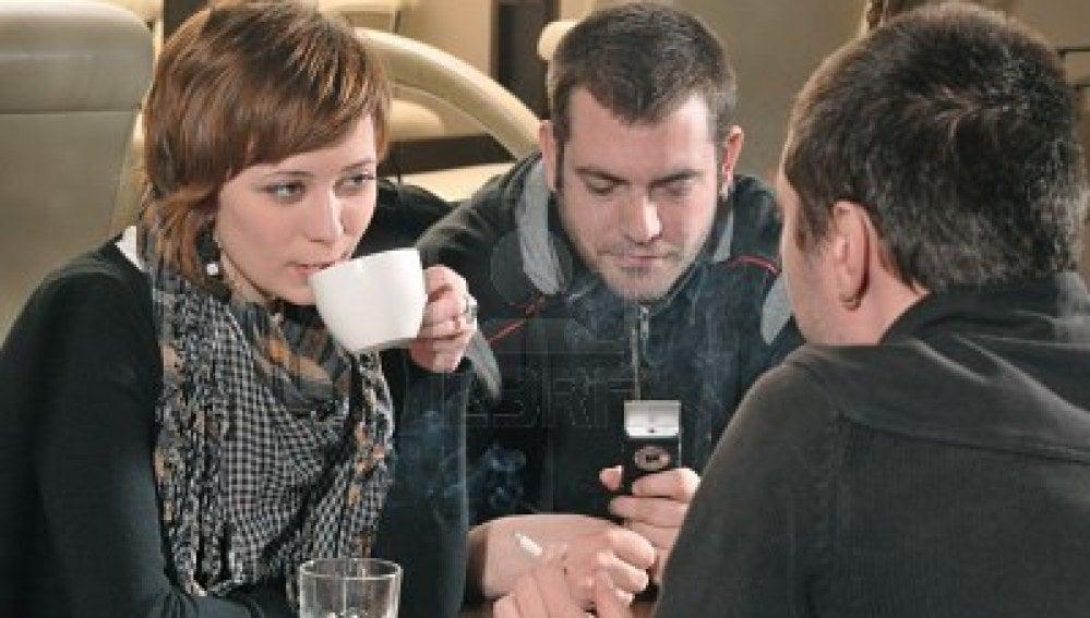 Gente joven en una cafetería