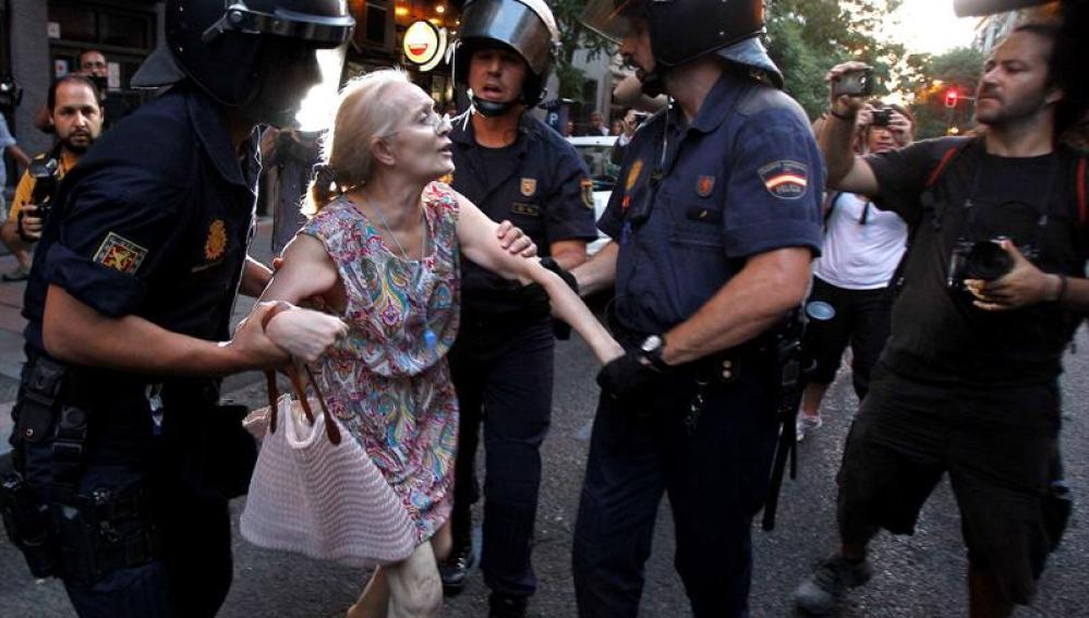 Mujer detenida durante las protestas en Ferraz