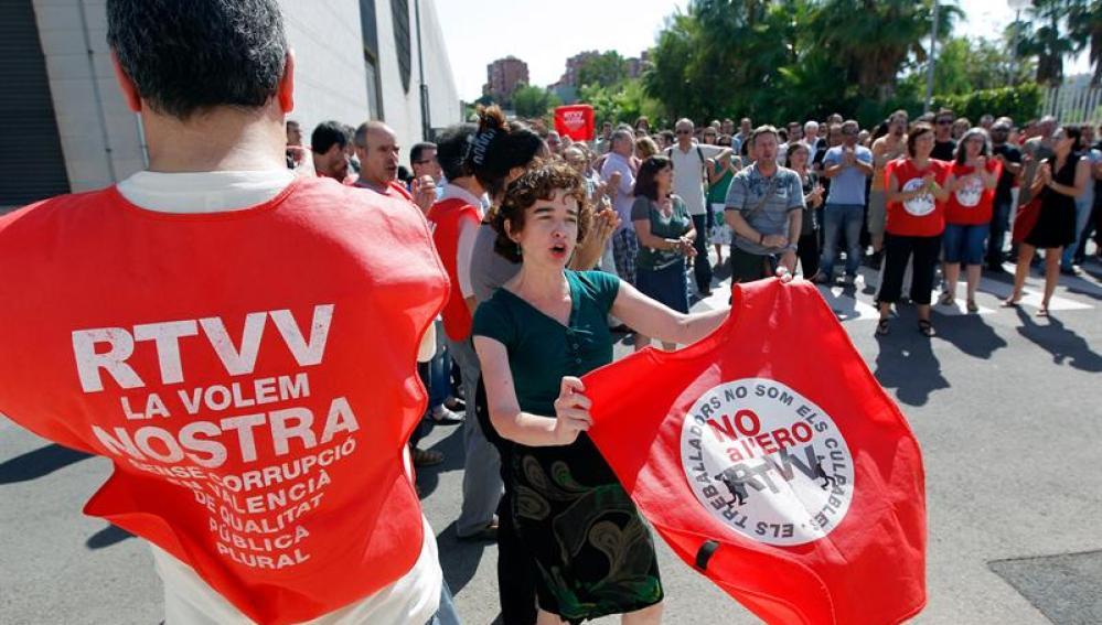 Trabajadores de Canal 9 realizan una protesta en el exterior de la sede de la televisión autonómica