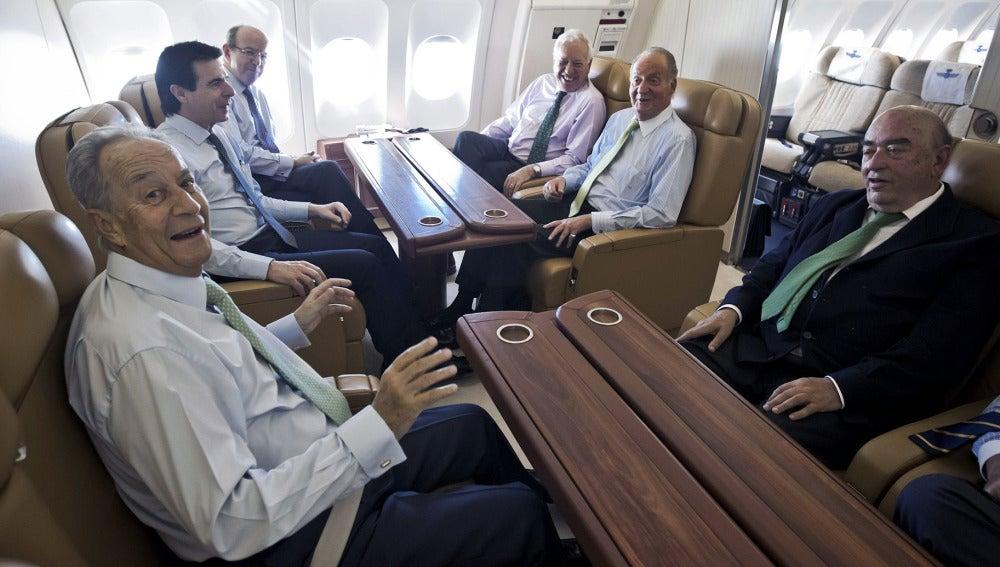 El rey de España, don Juan Carlos, durante el vuelo hacia Moscú