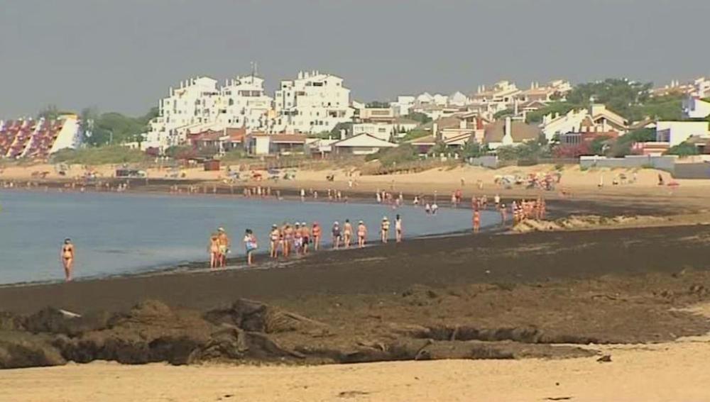 Playa de Huelva cubierta de algas