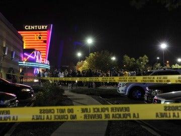 La multitud se agolpa en la escena del crimen (Denver)