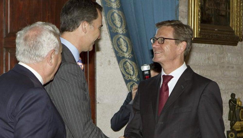 El príncipe Felipe saluda al ministro alemán de Asuntos Exteriores, Guido Westerwelle