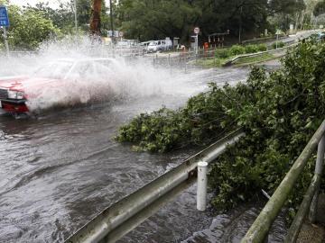 Un tifón deja un centenar de heridos en Hong Kong