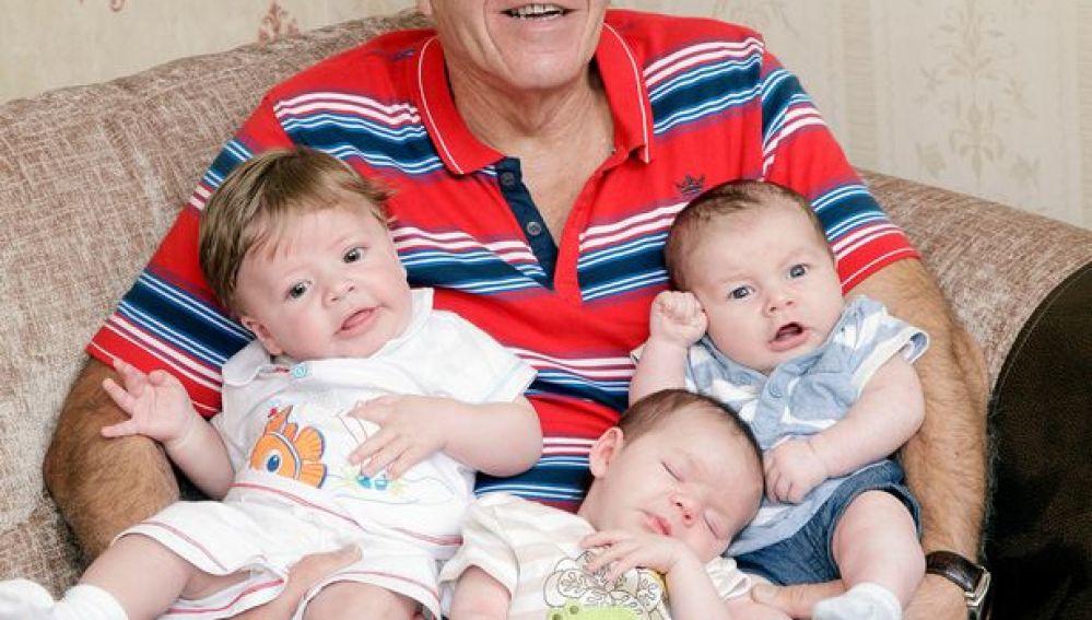 Patrick, feliz con su hijo, su nieto y su biznieto