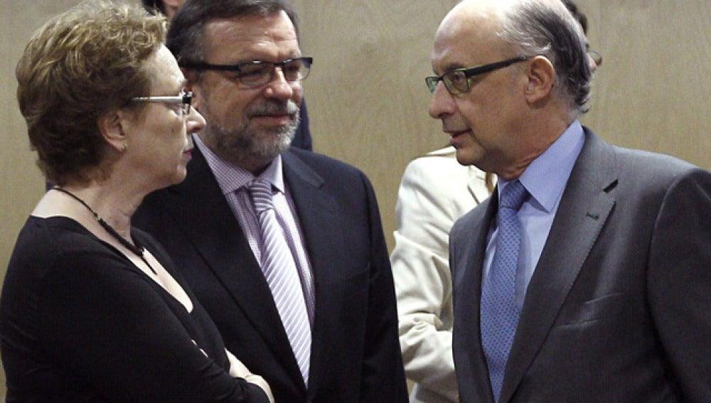 Cristóbal Montoro, con la representante de Andalucía