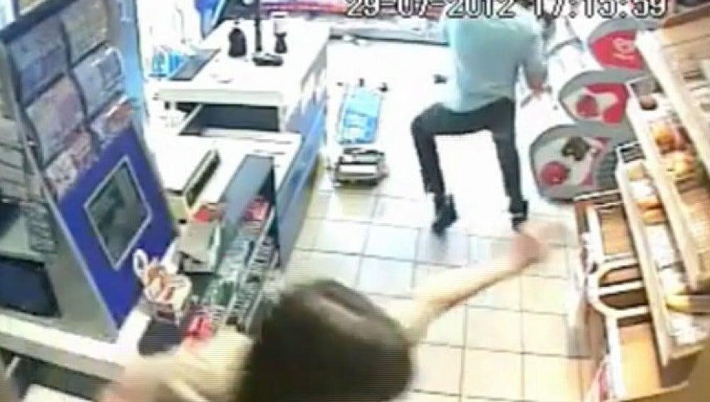 Momento en el que el cliente lanzó una caja de cerveza sobre el ladrón