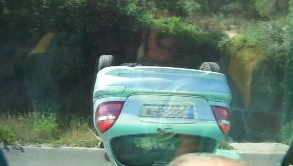 Un conductor va haciendo eses hasta que se sale de la carretera y se estrella
