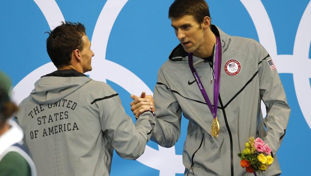 Phelps saluda a Lochte con su medalla de oro al cuello