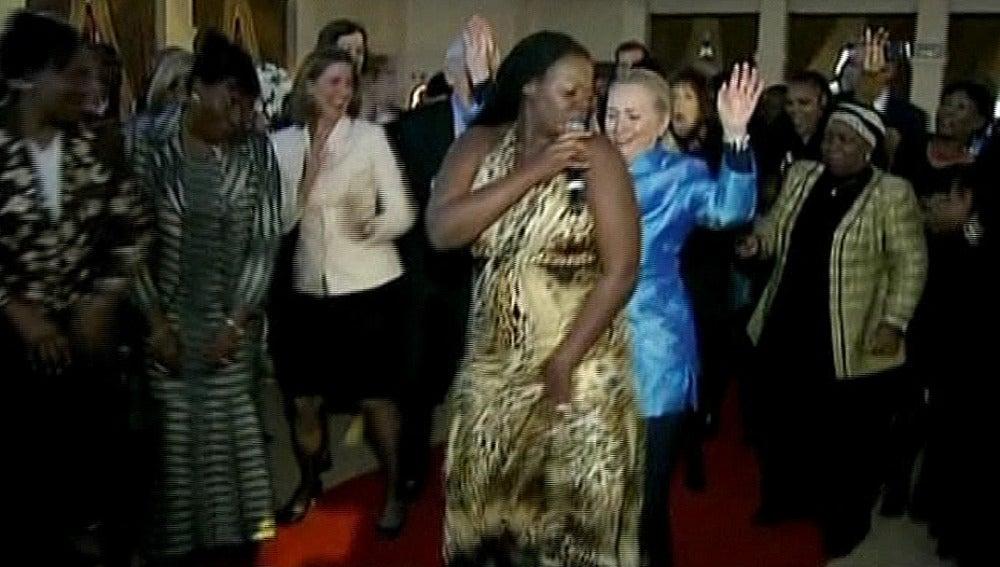 Clinton baila en una cena oficial en Suráfrica