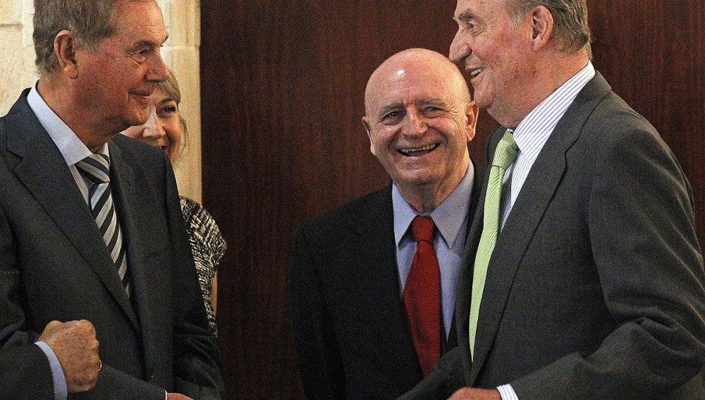 El rey Juan Carlos bromea con Abel Matutes y Gabriel Escarrer