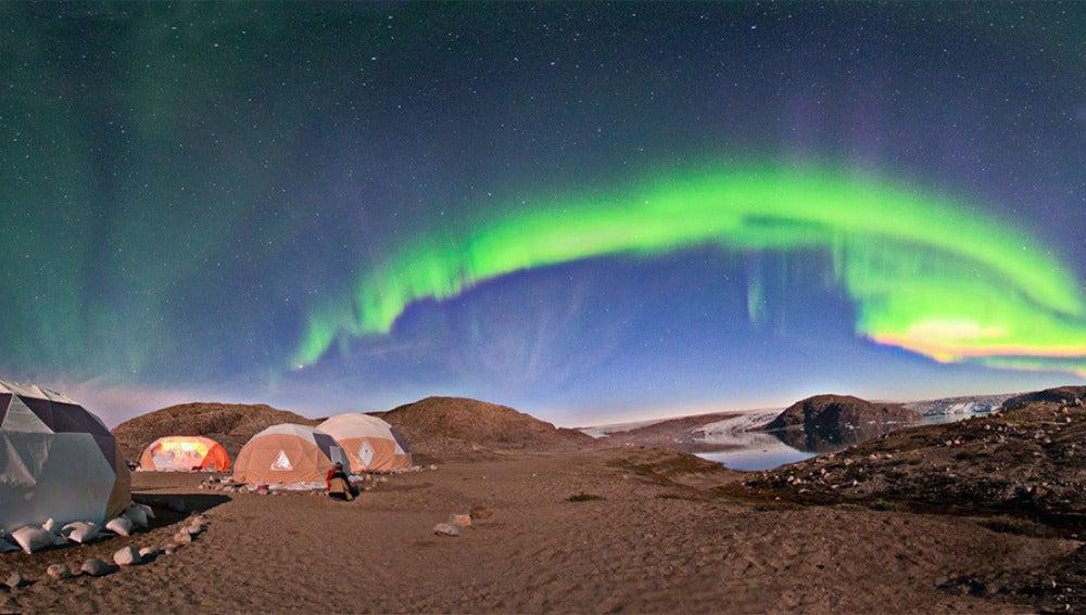 Un equipo de investigación observa una aurora boreal desde el sur de Groenlandia