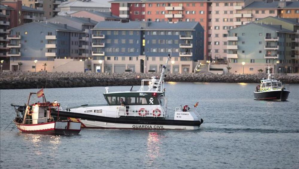 """El pesquero """"Divina Providencia"""" escoltado por la Guardia Civil"""