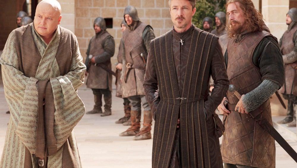 Lord Petyr Baelish y Varys en Desembarco del Rey
