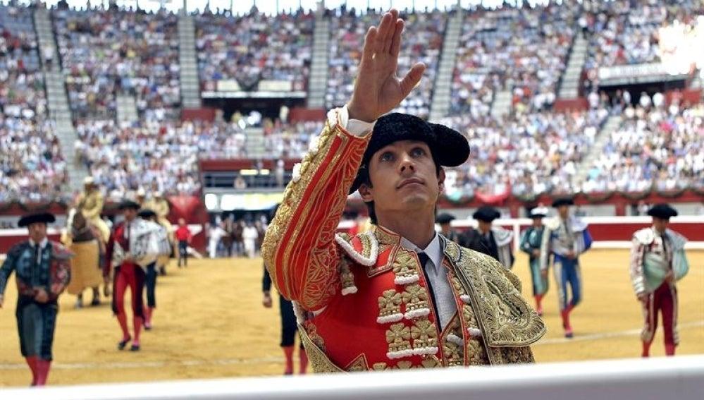 El diestro Sebastián Castella saluda a la afición