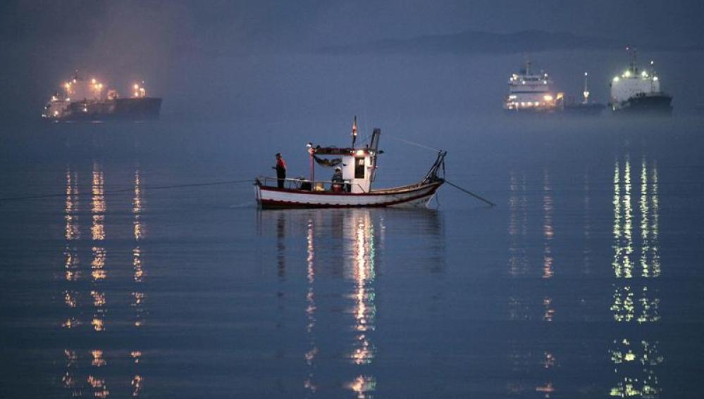 Un pesquero faena frente a Gibraltar