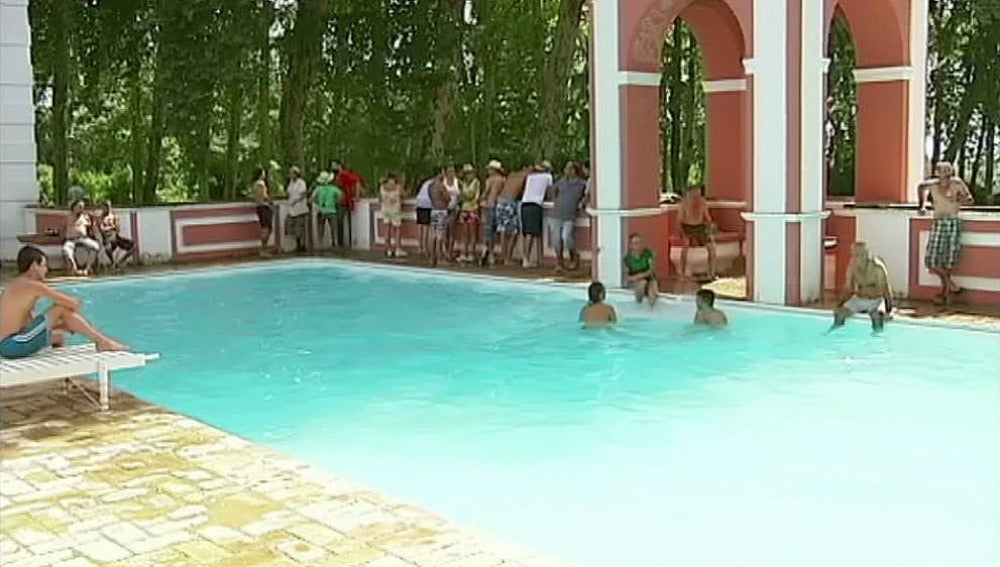Los miembros del SAT se bañan en la piscina de la finca ocupada