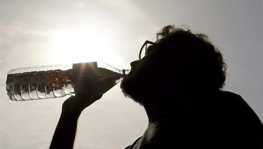 Un hombre refrescándose