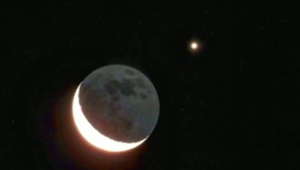 La luna cubre a venus durante un eclipse