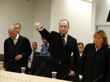 Anders Breivik levanta el puño a su llegada al juzgado