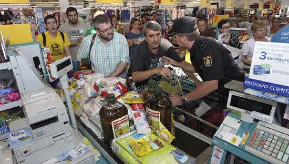 """El diputado de IU Víctor Casco, presente en un acto de """"expropiación de alimentos"""" en un Carrefour"""