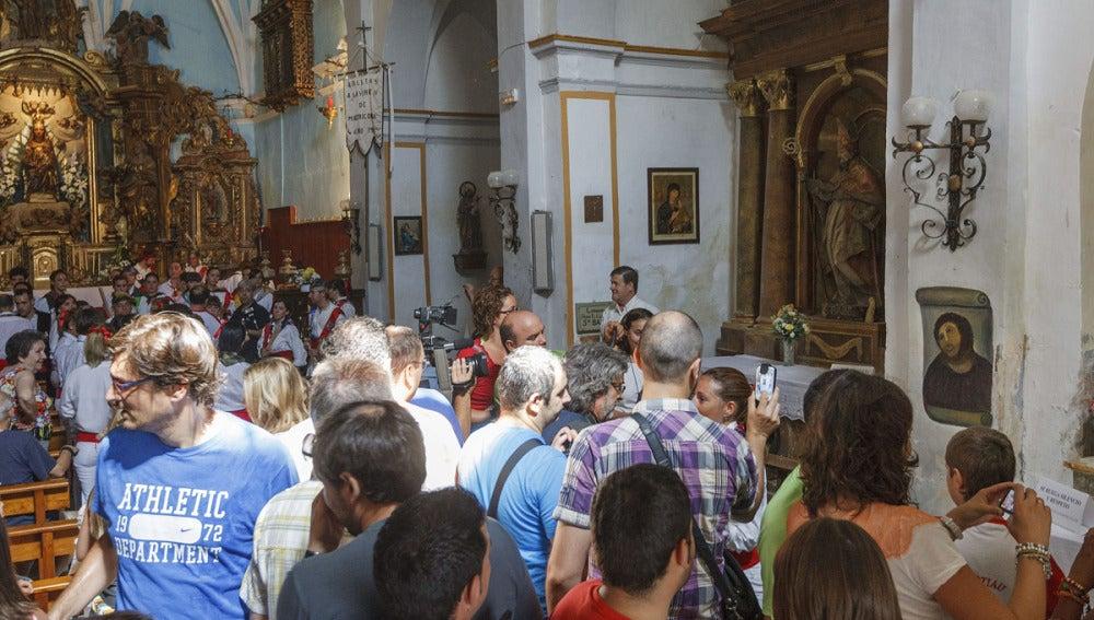 Decenas de ciudadanos guardan cola para fotografiarse con el eccehomo de Borja