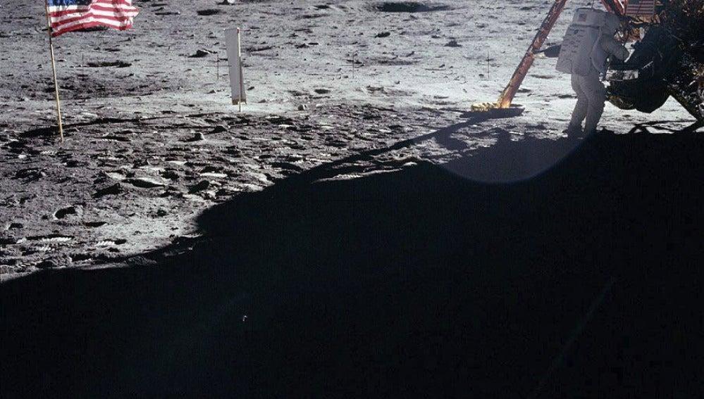 Neil Armstrong bajando del módulo lunar del Apolo XI en la superficie de la luna el día 20 de julio de 1969