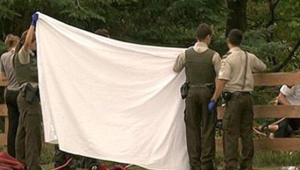La policía canadiense tapa el cuerpo de la fallecida
