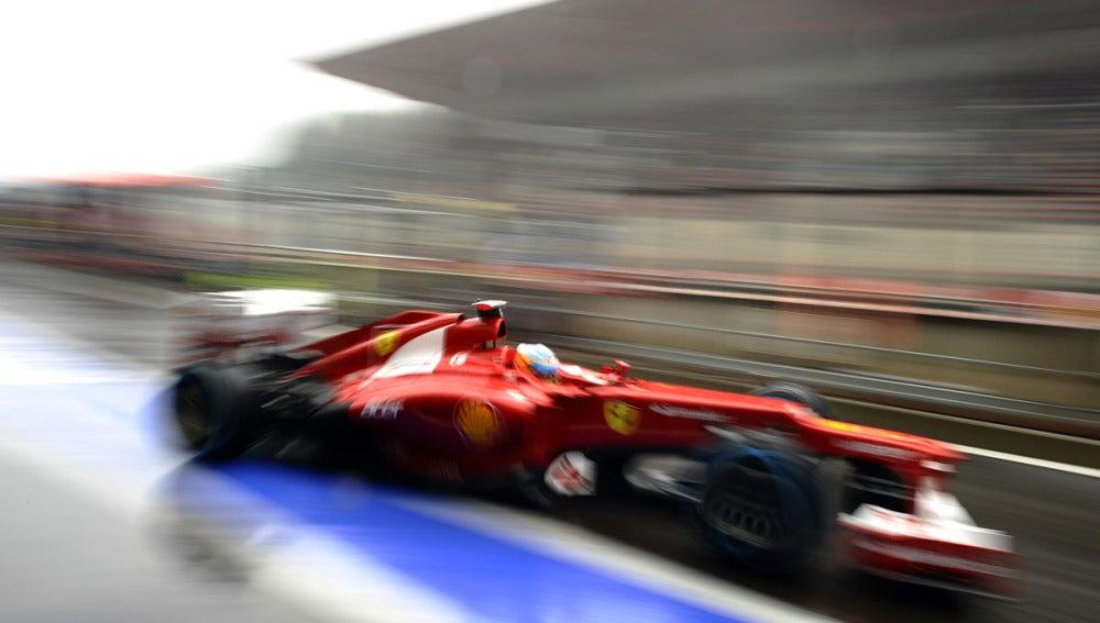 Alonso en el pit lane con Ferrari